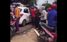 Cha mẹ đau đớn nhìn con rơi từ xe công nông xuống đường tử vong
