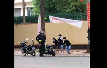 Cán bộ giáo dục nói gì về việc phạt học sinh vi phạm luật giao thông bằng thụt dầu?