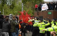 CĐV tấn công sân Old Trafford, trận M.U – Liverpool bị hoãn