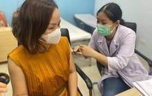 Phóng viên tham gia chống dịch Covid-19 được chích ngừa vắc-xin