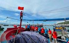 Ngư dân Khánh Hòa nhận cờ Tổ quốc