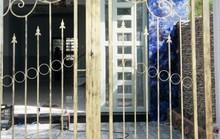Ghen tuông, người đàn ông 65 tuổi đấu điện vào cổng sắt nhà của người tình