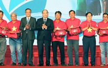 Chủ tịch nước Nguyễn Xuân Phúc gửi tặng 5.000 lá cờ cho Chương trình Một triệu lá cờ