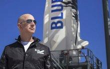 """""""Người giấu mặt"""" chi khủng cùng tỉ phú Jeff Bezos du hành không gian"""