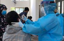 Bị sốt đến bệnh viện khám, kết quả dương tính SARS-CoV-2