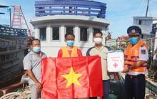 Cảnh sát biển trao cờ Tổ quốc và quà cho ngư dân Hòn Đất