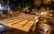 Mái tôn lớn bị thổi bay xuống đường phố trong trận mưa dông