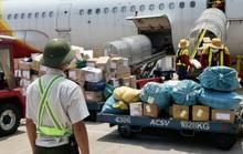 Nhân viên hàng không đẫm mồ hôi trên nền bê tông nóng bỏng 56 độ C