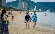 Đà Nẵng cho tắm biển trở lại