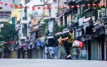 Nhịp sống vắng lặng lạ thường ở Hà Nội ngày đầu tiên thực hiện Chỉ thị 16