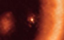Lần đầu phát hiện một hành tinh sơ sinh đang... sinh con