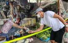 CLIP: Độc đáo khu chợ quây nylon tránh tiếp xúc giữa người bán và người mua