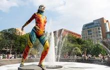 Hàng loạt người mẫu khỏa thân, biến hình trên phố