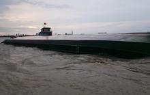 CLIP: Sà lan chở hàng trăm tấn đá lật úp giữa sông Đồng Nai