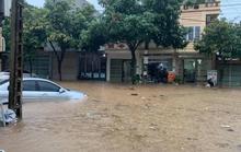 Ôtô, đồ đạc chìm sâu trong nước ở Lào Cai