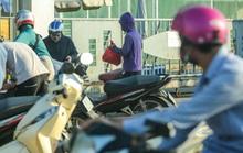 CLIP: Người dân ùn ùn chuyển đồ vào khu vực cách ly tại Công ty SEI