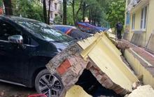 Cận cảnh sập tường rào trường mầm non đè bẹp hàng loạt ôtô