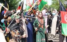 Phụ nữ Afghanistan cầm súng thách thức Taliban