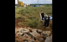 CLIP: Hỗn chiến kinh hoàng giữa nhóm bảo vệ nhà máy điện gió và 2 thanh niên