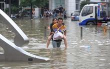 Trung Quốc cảnh báo lũ kịch khung, Mỹ khẩn cấp lo bão biển