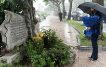 Phó Tổng thống Mỹ thăm Việt Nam: Trong mưa bên hồ