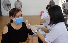 Ưu tiên vắc-xin cho người chống dịch, cán bộ xã đưa người nhà đến tiêm!