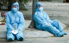"""CLIP: Hình ảnh nhân viên y tế ngồi dưới gốc cây tại ổ dịch """"nóng"""" nhất Hà Nội"""