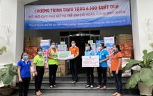 Hội Liên hiệp Phụ nữ TP HCM trao 6.500 phần quà, tăng cường đi chợ hộ cho người dân