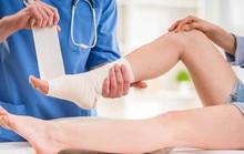 Gãy xương gót chân, mới mổ bó bột có hoãn tiêm vắc-xin Covid-19?