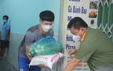 Lãnh đạo Công an TP HCM trao quà tận tay người gặp khó do dịch bệnh