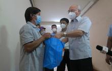 Trưởng Ban Tuyên giáo Thành ủy TP HCM thăm và tặng quà ở vùng xanh quận 5