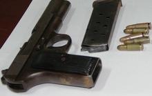 Bị người mất đòi lại khẩu súng, tên trộm nhí đem nộp công an