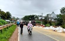 Quốc lộ 20 tê liệt vì xe tải chở hàng chục tấn phân bón bị lật