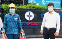 Lãnh đạo EVNHCMC thăm hỏi công nhân trực vận hành hệ thống điện