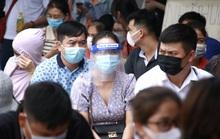 Hàng trăm người dân có bệnh nền xếp hàng chờ tiêm vắc-xin Covid-19