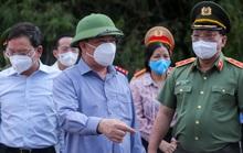 """CLIP: Bí thư, Chủ tịch, Giám đốc Công an Hà Nội kiểm tra chốt """"vùng đỏ"""""""