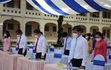 Mặc niệm bệnh nhân mất vì Covid-19 trong lễ khai giảng đặc biệt tại TP HCM