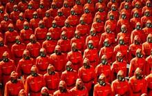 Lễ duyệt binh kỳ lạ của Triều Tiên: Trang phục khử nhiễm chiếm sóng