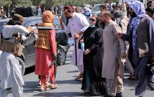 Phụ nữ Afghanistan vùng dậy bất chấp nòng súng, roi, gậy của Taliban