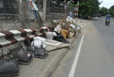 Biến chân cầu thành bãi rác