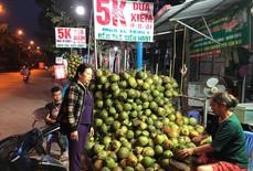Tham rẻ mua dừa xiêm 5.000 đồng/quả, về bổ ra được 1, 2 giọt nước
