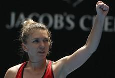 Sharapova bị loại, Halep thoát hiểm sau gần 4 giờ