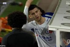 """Dứt điểm dở tệ, Morata bị """"ném đá"""""""