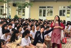 """NSND Bạch Tuyết hát mừng """"100 năm sân khấu cải lương"""" với học sinh"""