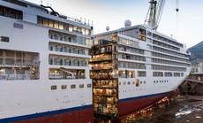Du thuyền nặng hơn 36.000 tấn ở Ý được 'cắt' đôi như bánh ngọt