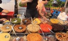 """Lạc bước vào ngõ """"thiên đường đồ ăn"""" Việt khiến du khách mê đắm"""