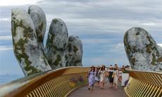 """Đến Đà Nẵng """"sống ảo"""" với cây cầu nằm trên bàn tay"""