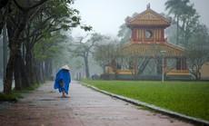 Khoảnh khắc mưa lãng mạn ở Huế