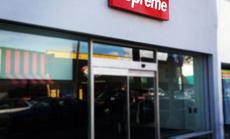 Chỉ cần có logo Supreme, người ta sẵn sàng xếp hàng mua dù đó là cục gạch?