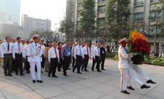 TP HCM: Từ sáng sớm, đại diện các dân tộc thiểu số dâng hoa Chủ tịch Hồ Chí Minh